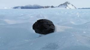 160217054105_meteorite_sitting_on_ice_in_antarctica_640x360_antarcticsearchformeteoritesprogramkatherin_nocredit